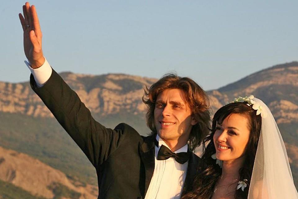12 октября семья поздравила Анастасию с годовщиной венчания с мужем-фигуристом Петром Чернышевым.