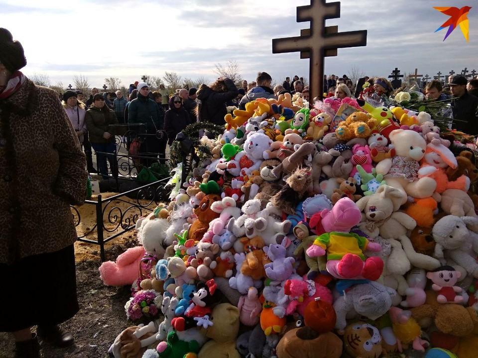 Саратовцы усыпали могилу принесенными игрушками