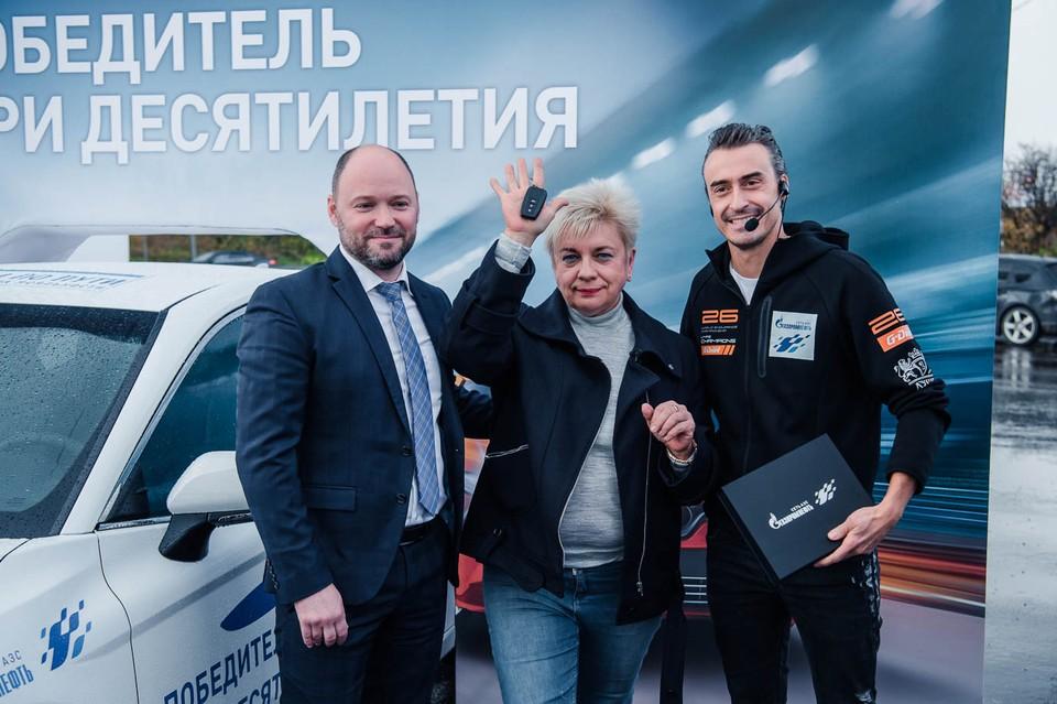 Ключи от автомобиля Елене Мусиновой вручили директор отделения сети АЗС «Газпромнефть» в Московской области Дмитрий Потылицын и пилот российской гоночной команды G-Drive Racing Роман Русинов.