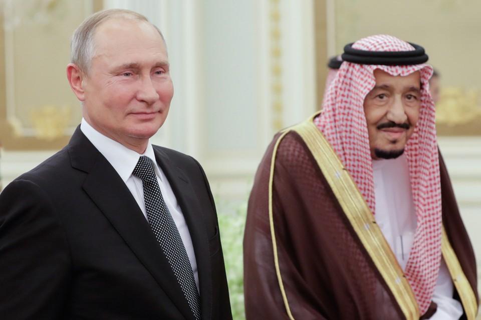Президент РФ Владимир Путин и король Саудовской Аравии Сальман Бен Абдель Азиз Аль Сауд во время церемонии официальной встречи в Королевском дворцовом комплексе. Фото: Михаил Метцель/ТАСС