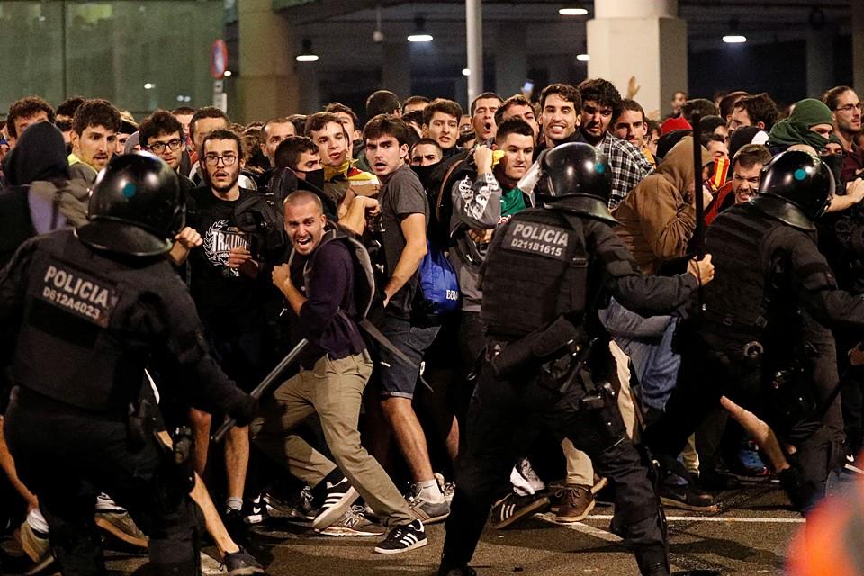 Сражаясь с властями, демонстранты парализуют работу аэропорта