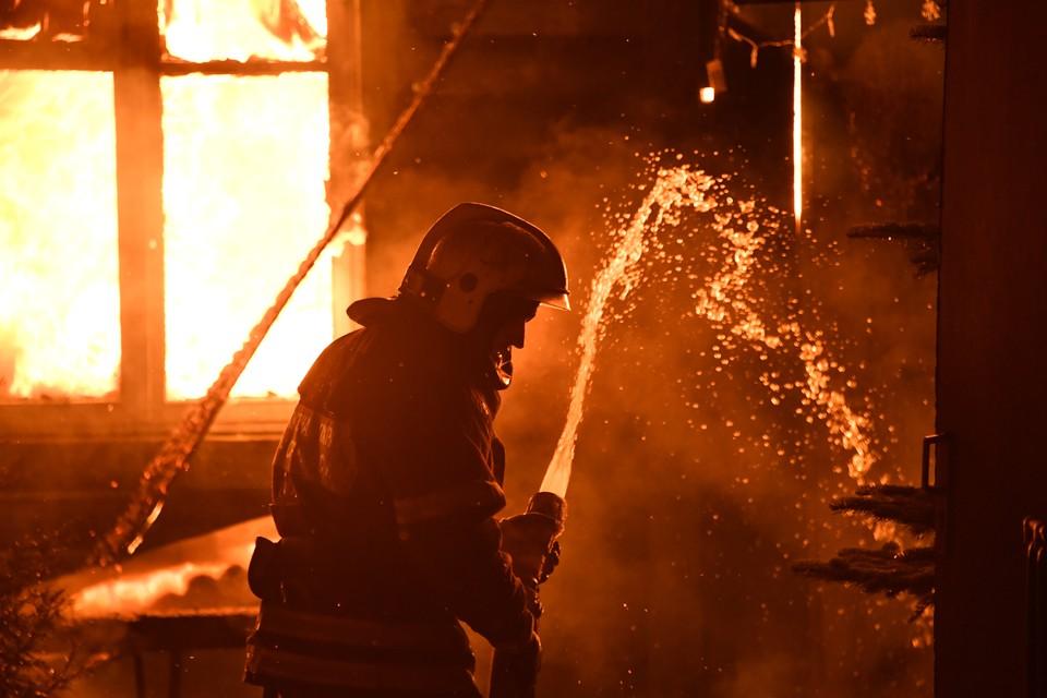 Огонь тушили 20 человек.
