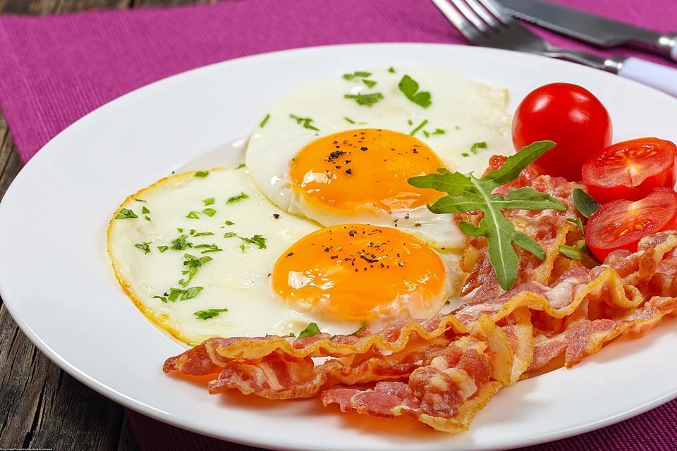 Яичница станет значительно полезнее, если добавить к яйцам помидоры или лук