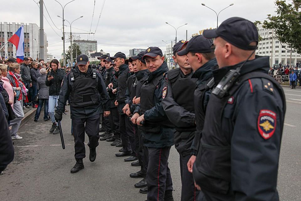 Закон, расширяющий права полицейских, подписал Владимир Путин - до сих пор правом выносить предостережения физическим лицам обладали лишь сотрудники прокуратуры и ФСБ