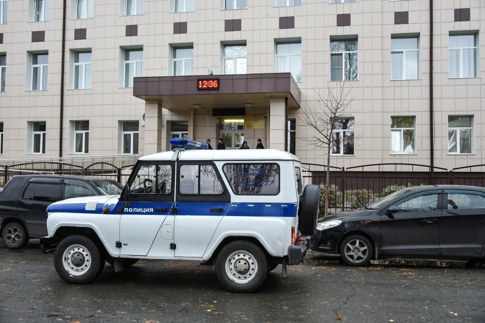 В школе работали полиция и следователи.