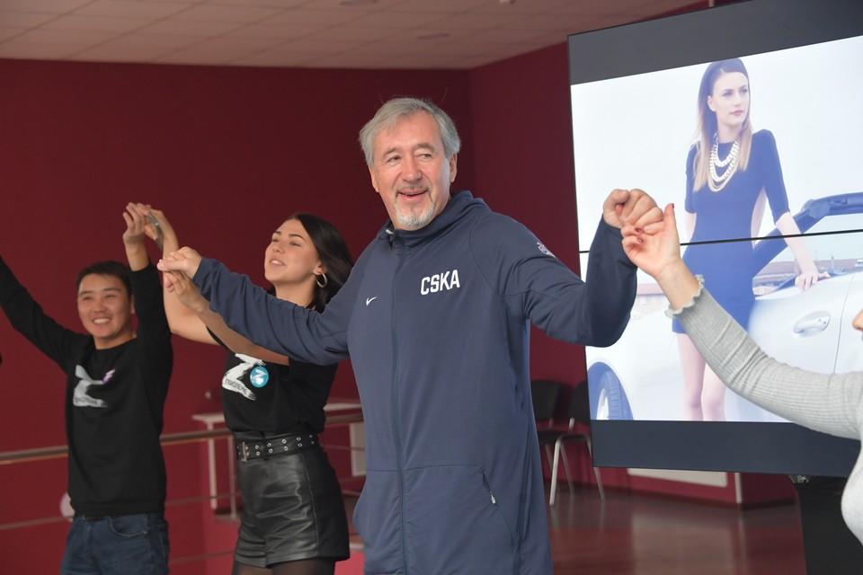 Олимпийский чемпион Сергей Тараканов танцует вместе с ребятами греческий танец.