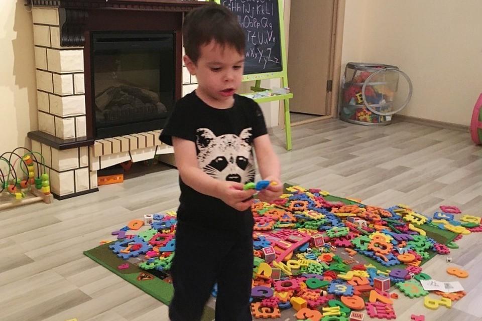 Картинки по запросу Четырехлетний Тамерлан из Казани знает алфавиты 40 языков.