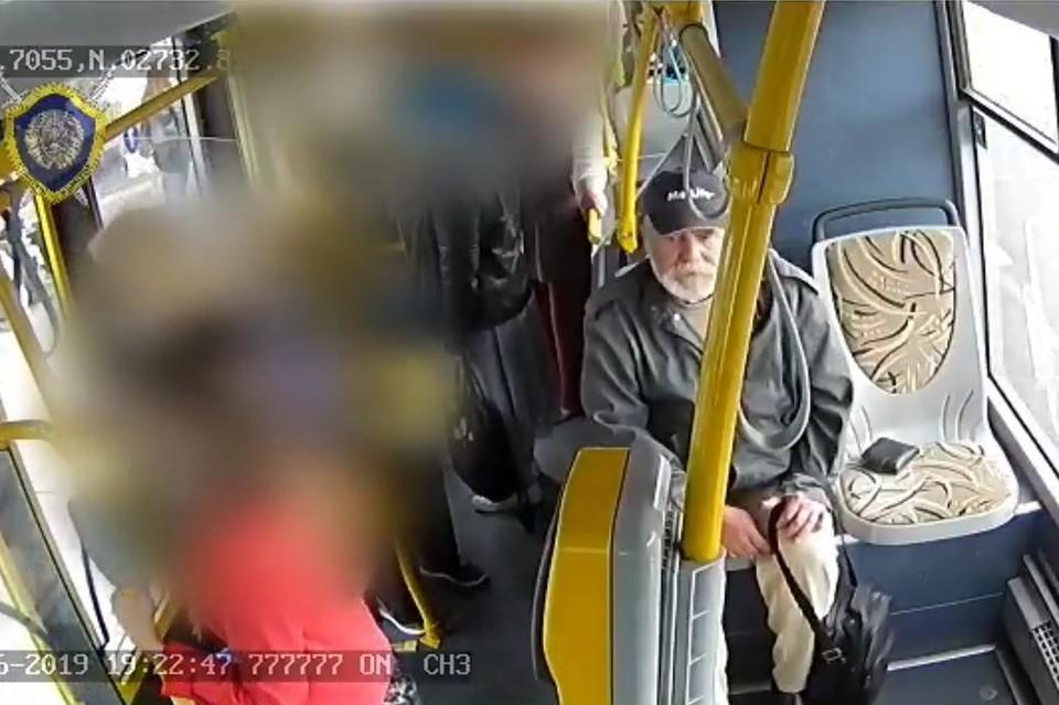 В Минске ищут мужчину, который в автобусе прихватил забытый кошелек. Фото: СК