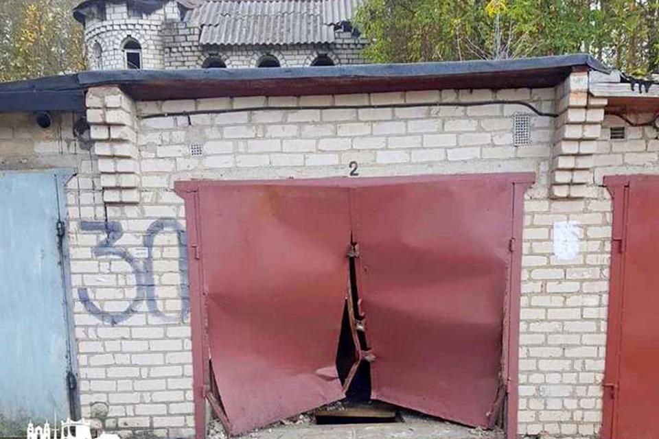 """Очевидцы рассказали, что черный """"Фольксваген"""" врезался в двери чужого гаража на большой скорости. Фото: newgrodno.by."""