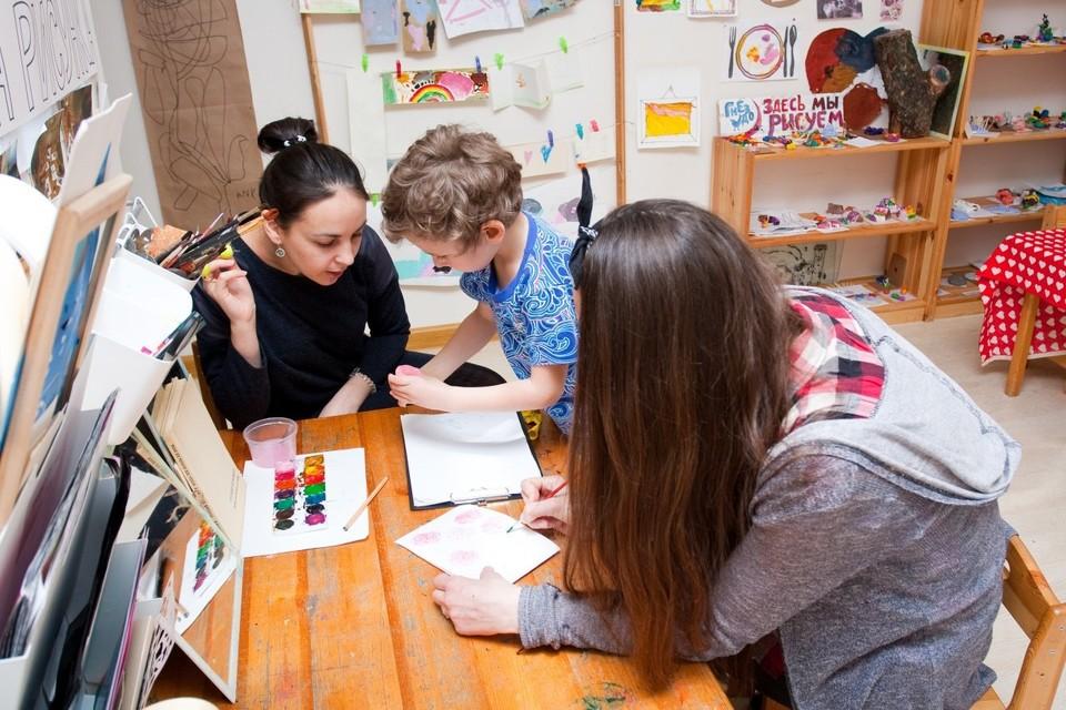 Во время занятий в частном детском саду «Гнездо», где детей обучают по методике, направленной на развитие soft-skills, или «мягких навыков».