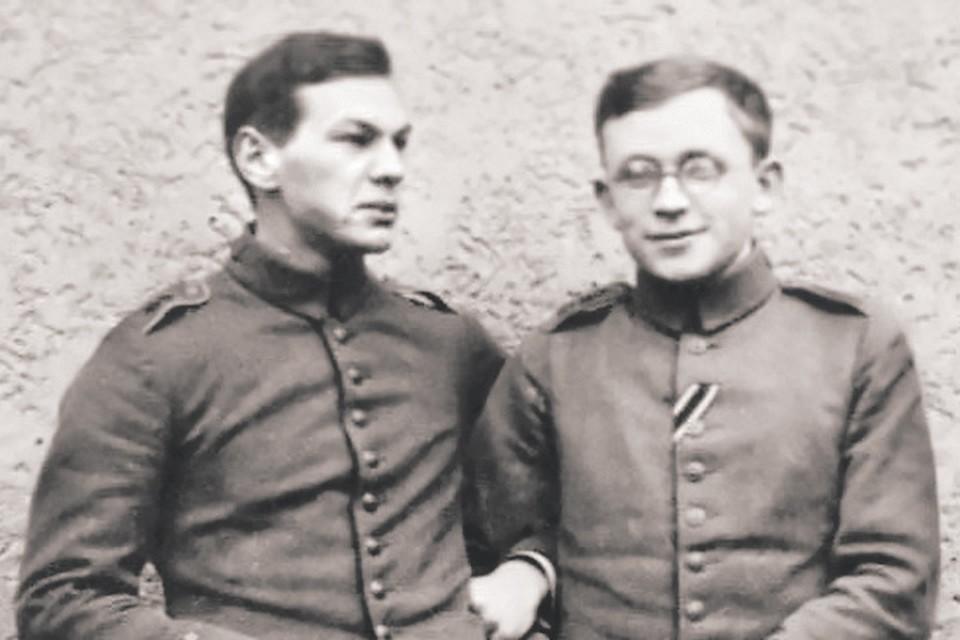 Рихарда Зорге (слева) казнили в Японии 75 лет назад - 7 ноября 1944 года. На этом фото он совсем молод: будущему разведчику 20 лет. Справа - Эрих Корренс, будущий немецкий химик. 1915 год.