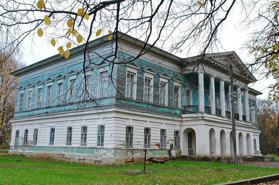 Господский дом с колоннадой: первый этаж кирпичный, второй и третий - из вековой лиственницы Фото: vk.com/kurkino_estate