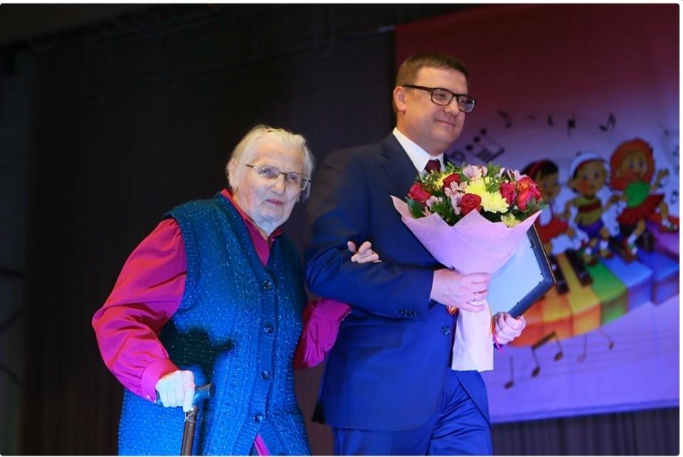 Алексей Текслер поздравил с юбилеем школы любимых учителей... Фото: gubernator74.ru