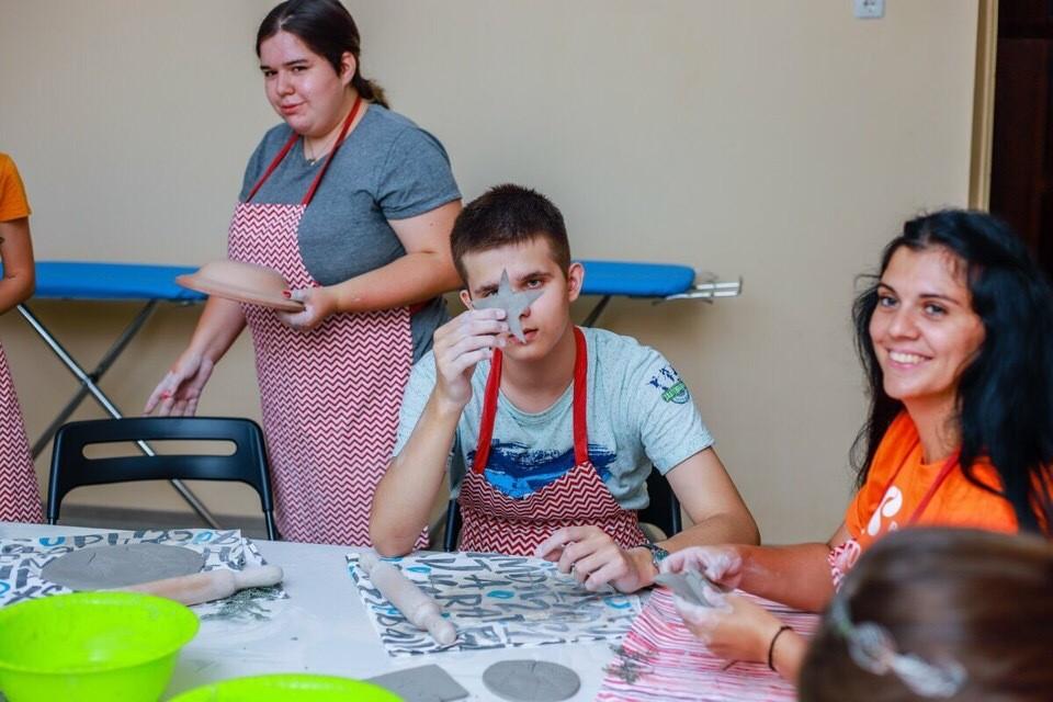 """В инклюзивных мастерских особенные юноши и девушки учатся профессиональным навыкам Фото: """"Добрый-Юг"""""""