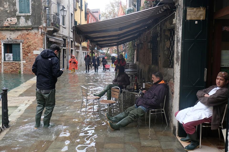 С начала ноября до конца января из-за сильного ветра сирокко в Венецианскую лагуну приходит вода из Адриатического моря