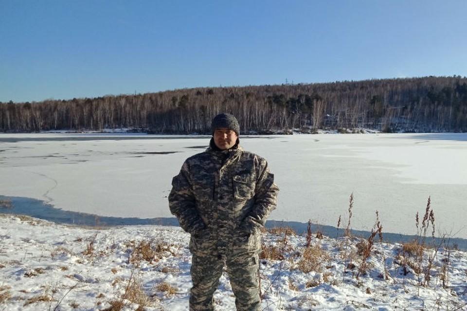 Илья Минченок на берегу залива, где едва не утонул человек. Фото: личный архив героя публикации