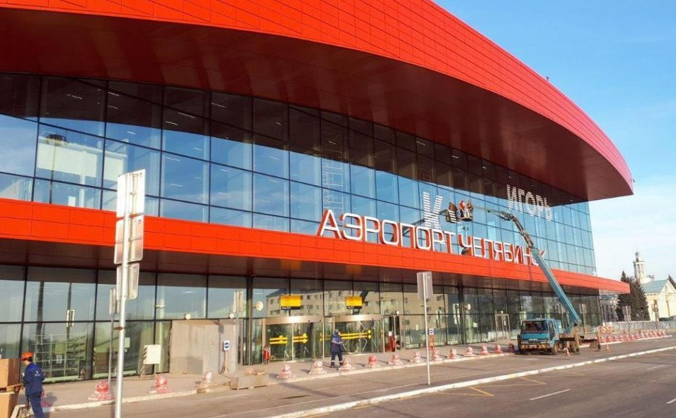 На фасаде нового терминала идет монтаж букв фамилии физика-ядерщика Игоря Курчатова, имя которого носит аэропорт. Фото: Сергей КУКЛЕВ.