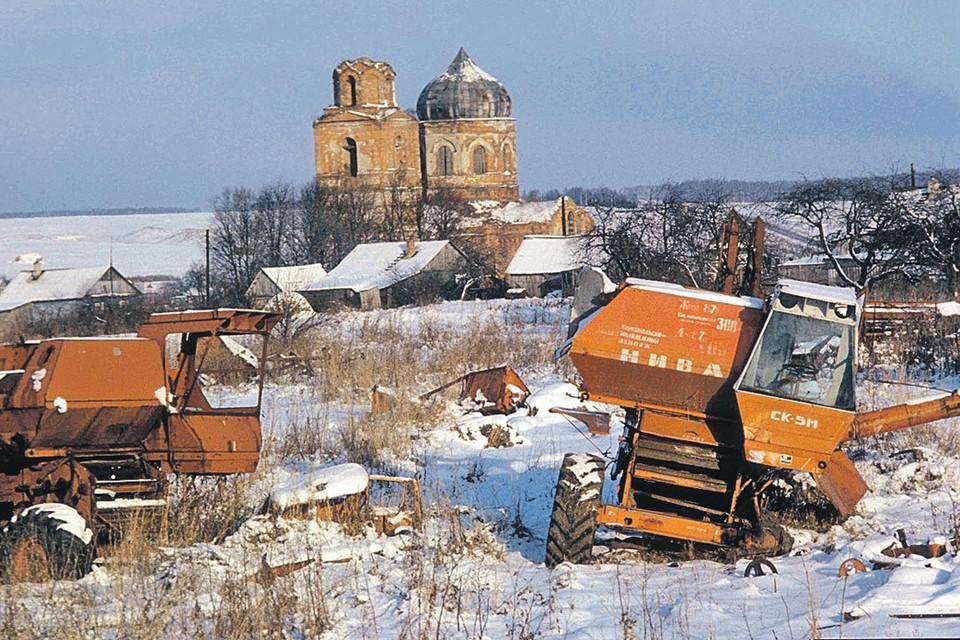 Это село брошено вместе с церковью, колхозом и комбайнами.