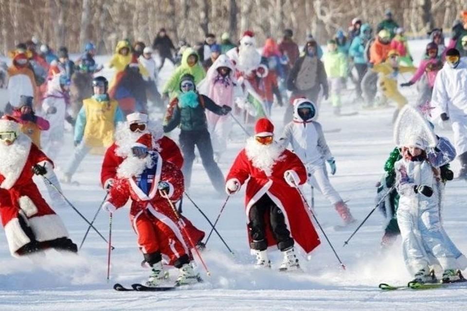 34 Деда Мороза одновременно спустятся с горы в Кузбассе. Фото: #вновыйгодвместе/ Instagram