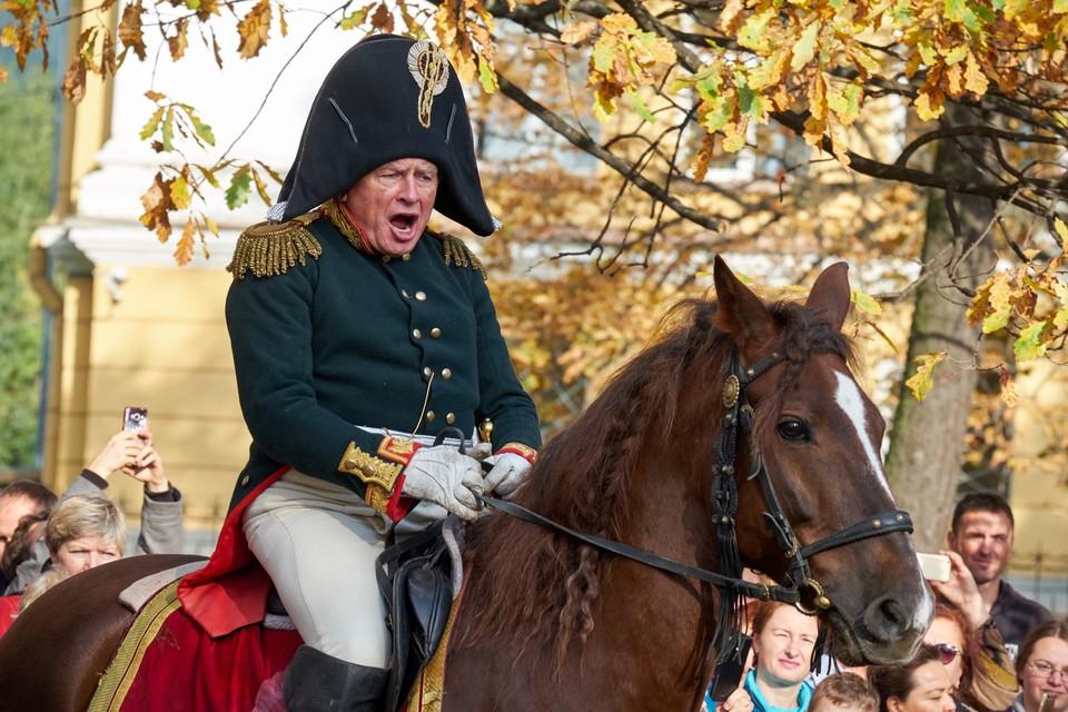По словам людей, которые знали его близко, этот роскошный мундир французского дивизионного генерала обошелся Соколову в 350 с лишним тысяч рублей.