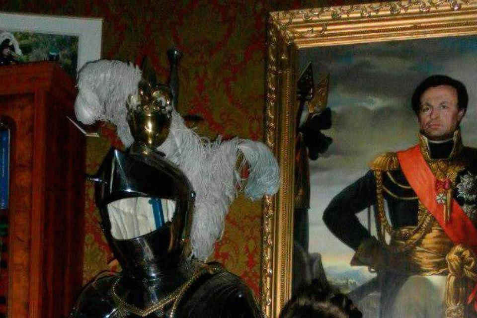 Олег Соколов повесил в квартире свой портрет в образе полководца и хранил доспехи