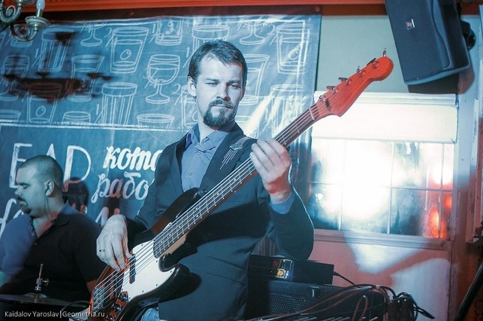 В свободное от работы время Михаил занимается играет на бас-гитаре. Фото: соцсети