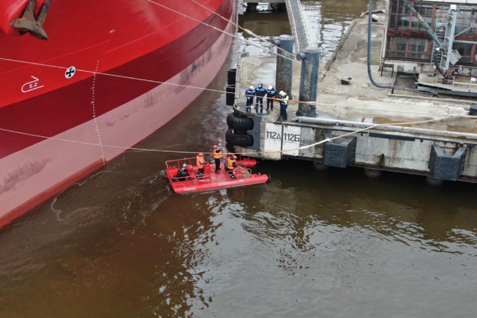 Учения по устранению разливов нефтепродуктов прошли в Большом порту Петербурга. Фото предоставлено ПНТ.