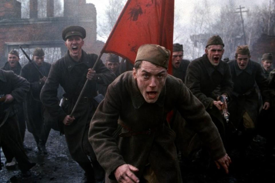 «Молодой Папа» Джуд Лоу рвался к успеху в том числе через образ советского снайпера Василия Зайцева. Фото: Кадр из фильма