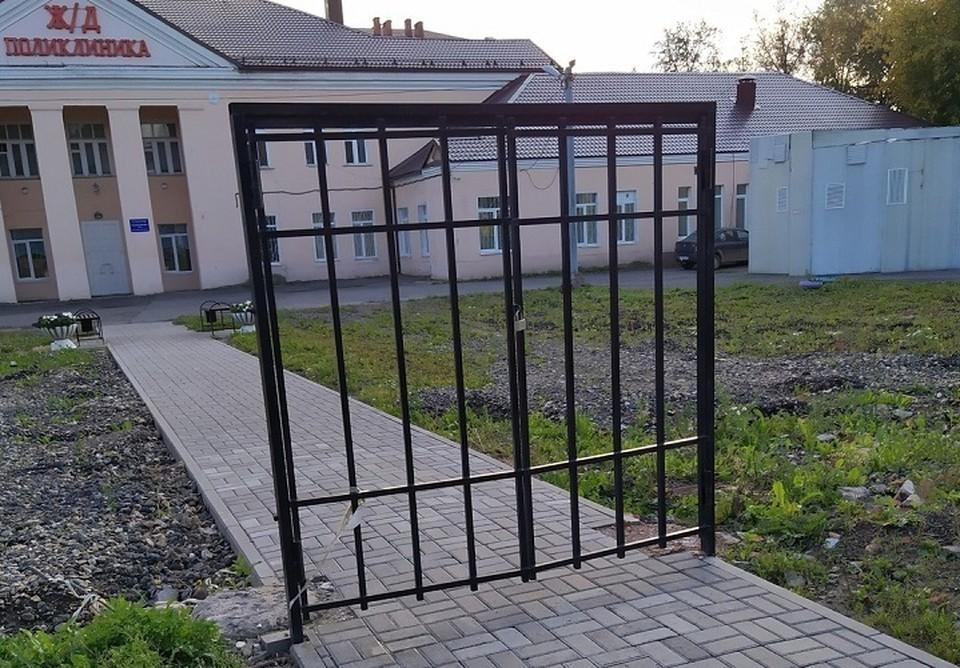"""Как и положено, ворота в поликлинику на ночь запираются тяжелым замком. Фото: группа Город Че """"ВКонтакте"""""""