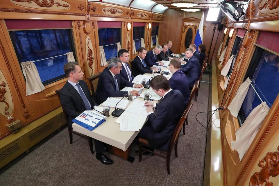 В вагоне-ресторане в пути проходят и совещания, хотя, конечно, за столом помещаются далеко не все министры.