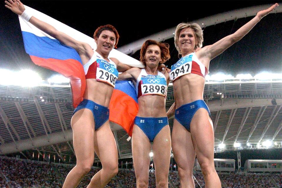 Афины, 2004 год. Российские легкоатлетки празднуют медали Олимпиады.