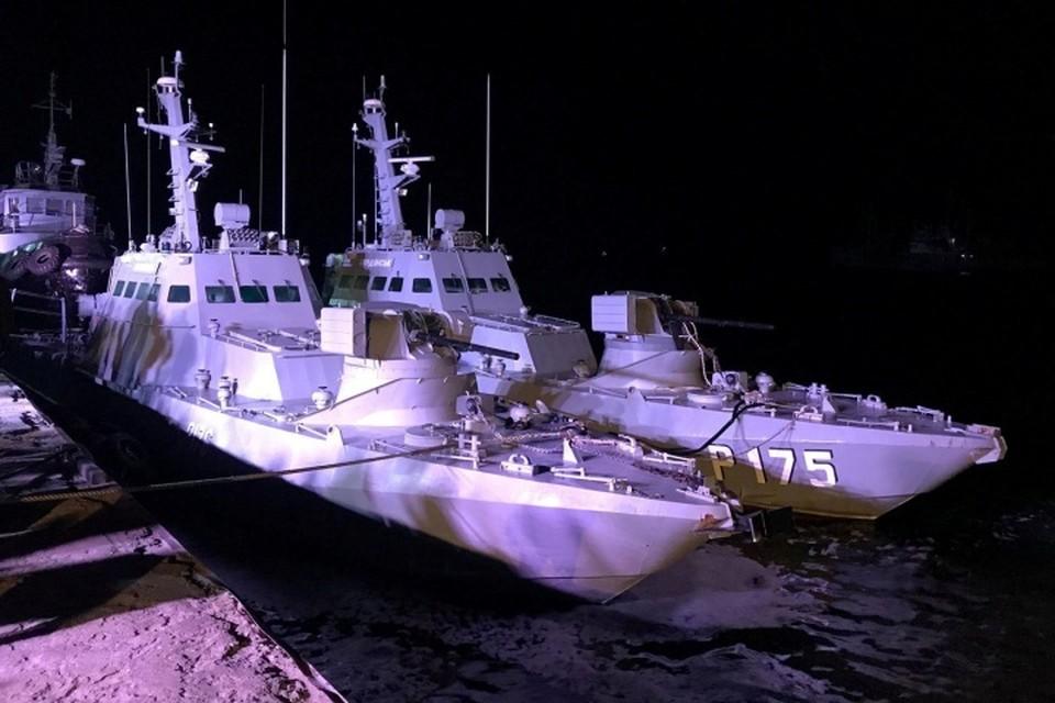 Россия вернула Украине два катера и буксир, задержанные за нарушение российской границы во время прошлогодней провокации в Керченском проливе