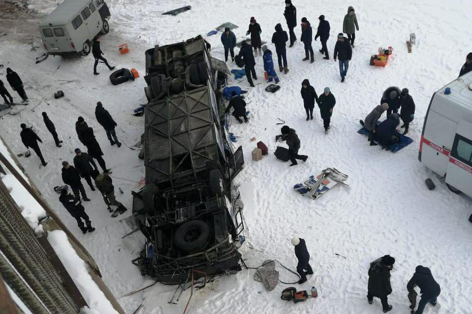 Работа экстренных служб осложняется тем, что лёд на месте крушения автобуса просто не выдержит веса техники
