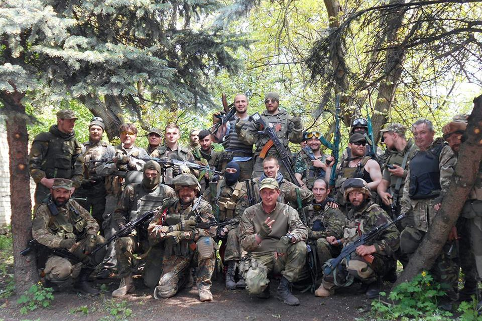 Боевики 7-го батальона добровольческого корпуса «Правого сектора». Филиппов - в маске в центре.