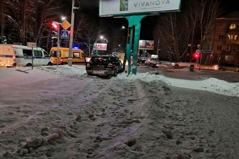 Новосибирец врезался с рекламную конструкцию и погиб. Фото: «АСТ-54»