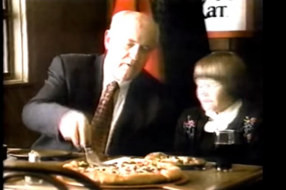 В США объяснили, зачем Горбачёв снялся в рекламе пиццы в 90-х