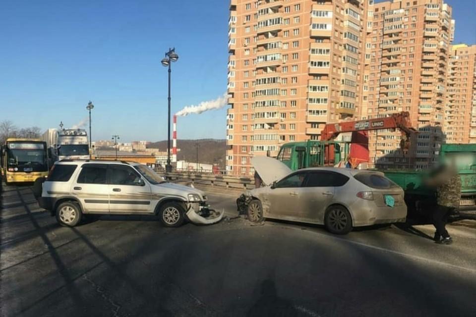 Авария стала причиной внушительной пробки. Фото: AK_VDK, dps_vl