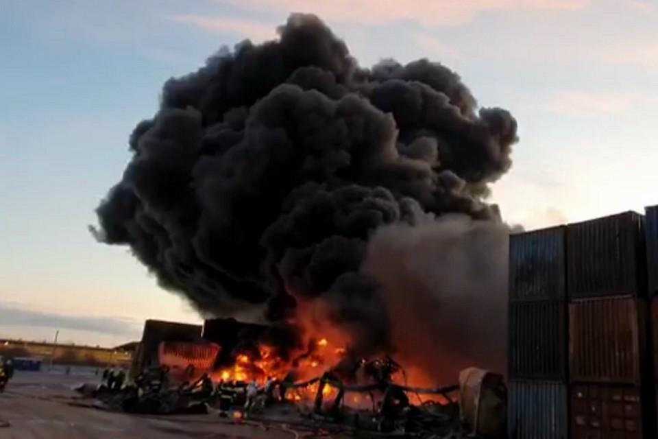 В промзоне на Московском шоссе все еще тушат крупный пожар. Фото: кадр с видео/ МЧС РФ по СПб