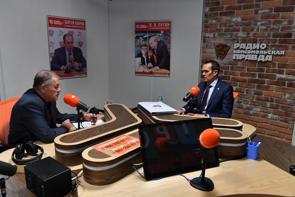 Михаил Игнатьев и Александр Гамов в ходе дискуссии на радио «Комсомольская правда». Фото: пресс служба Администрации Главы Чувашской Республики
