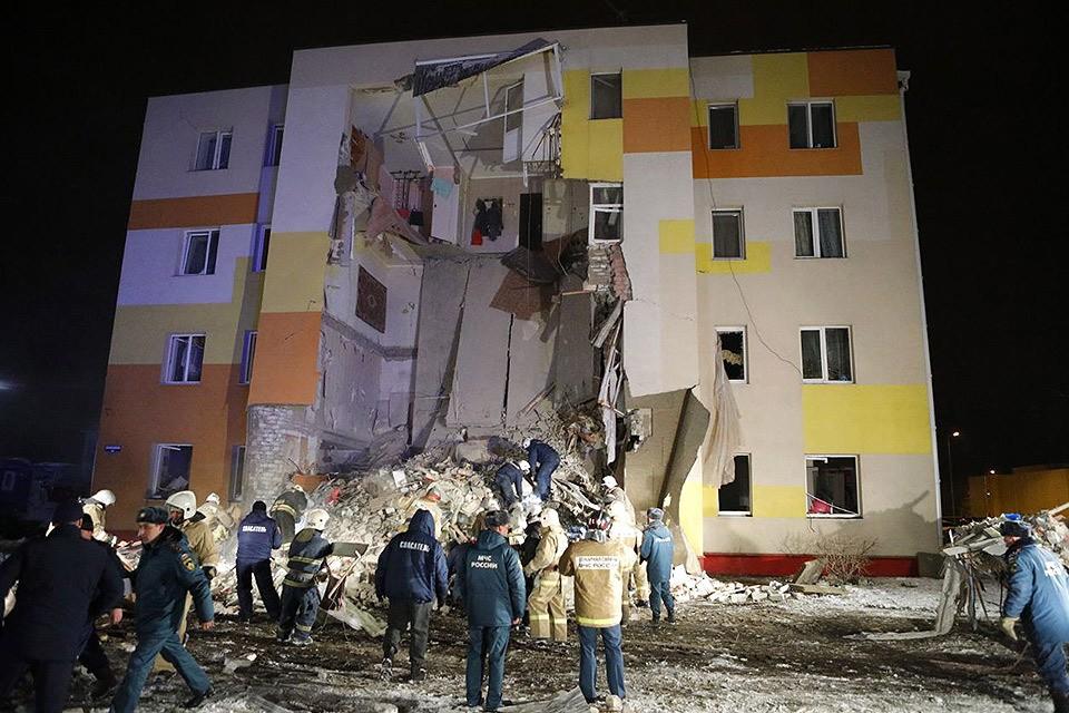 Спасатели на месте обрушения стены дома в Белгородской области. Фото: Антон Вергун/ТАСС