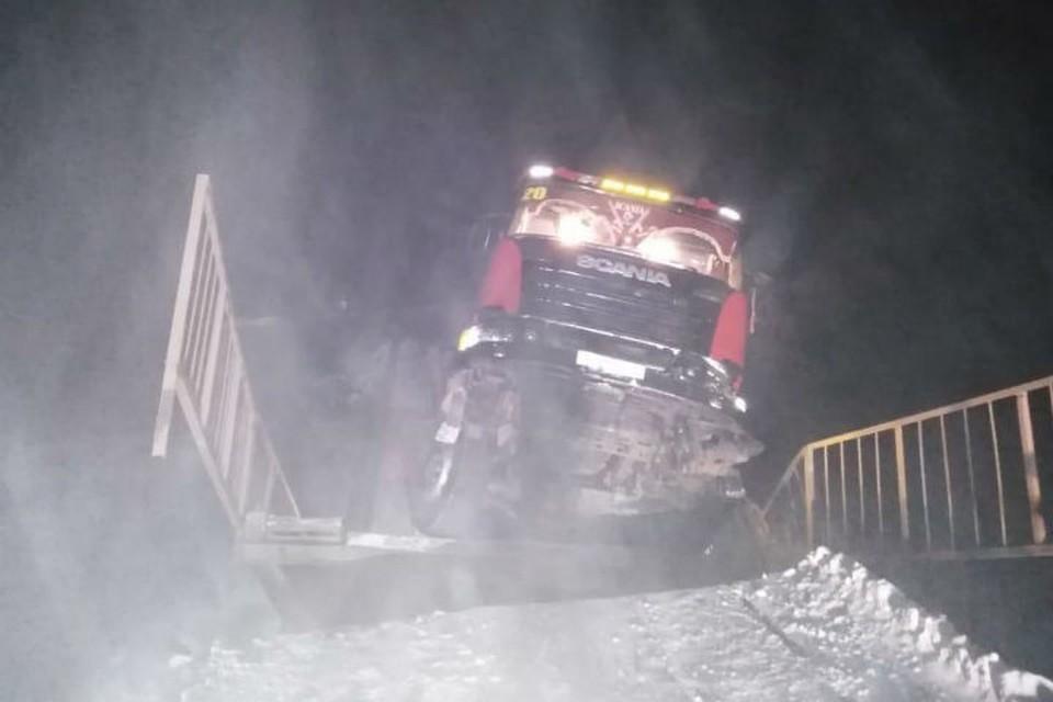 Мост обрушился под 60-тонным грузовиком на трассе в Иркутской области. Фото: ГУ МВД России по Иркутской области