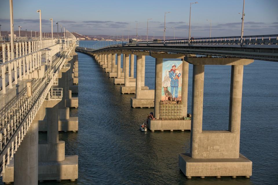 Картина появилась на автодорожной опоре. Фото: инфоцентр «Крымский мост»