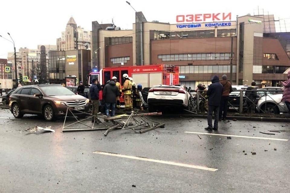 "У метро ""Озерки"" девушка разбила ""Ауди"" почти за 5 миллионов рублей. Фото: vk.com/spb_today"