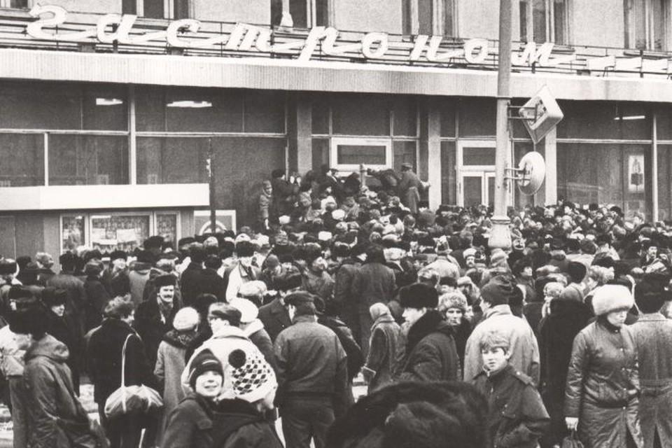 В конце декабря 1989 года около Центрального гастронома в Свердловске собралась толпа, чтобы купить выпивку к Новому году. Но той не оказалось. Так начался «водочный бунт» Фото: Архив Президентского центра Б.Н.Ельцина