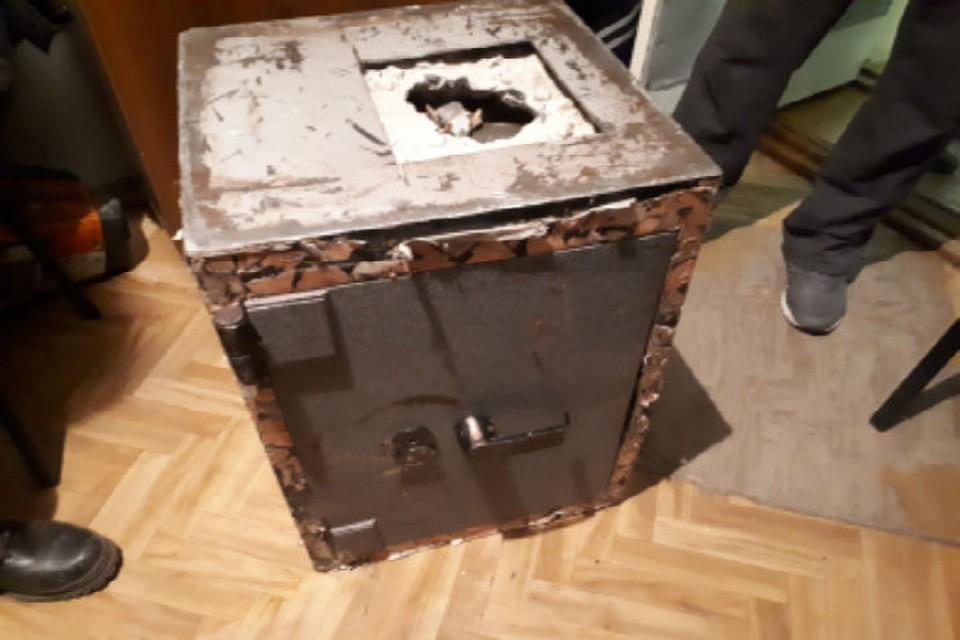В Бурятии медвежатники вынесли сейф, в котором было 2,7 миллиона рублей.