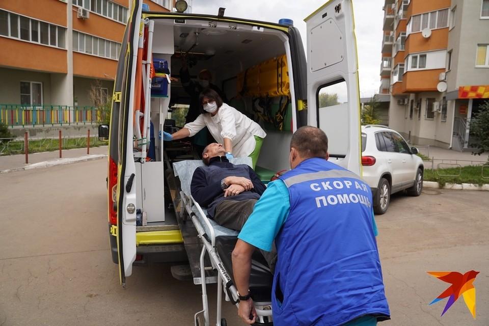 Водитель скорой никогда не оставит фельдшера одного с носилками с больным. Поможет и без надбавок.