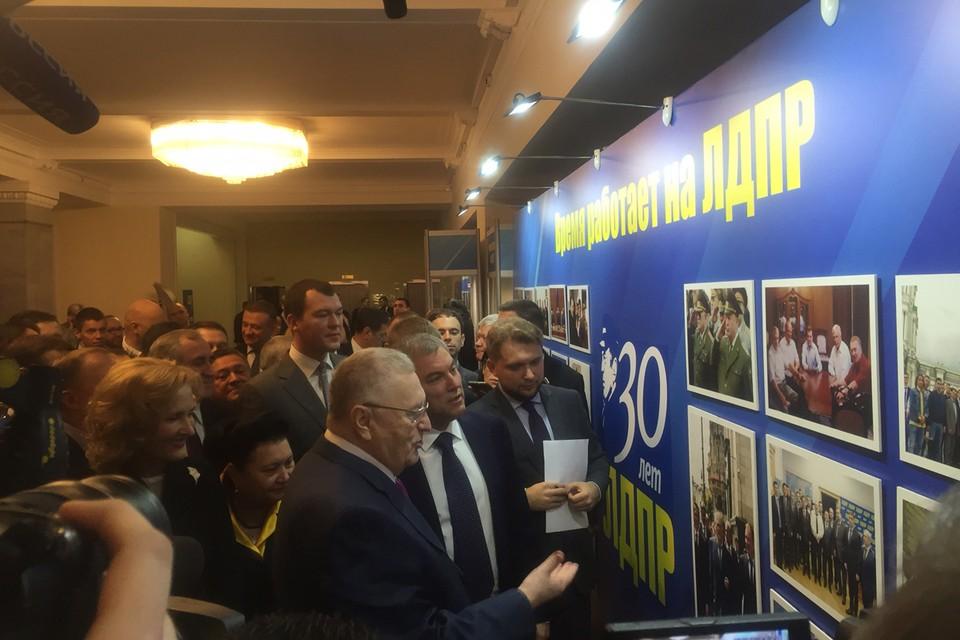 Владимир Жириновский показывает спикеру Госдумы Вячеславу Володину юбилейную выставку.