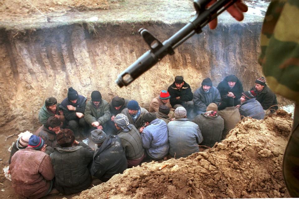 Задержанные чеченские боевики. Этот снимок фотокора «Комсомолки» Владимира Веленгурина получил первое место на выставке World Press Photo в 2001 году.