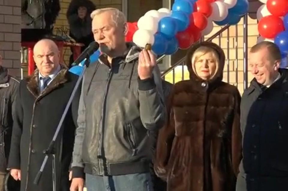 Депутат Госдумы подарил баночку вазелина главе района и подрядчику на церемонии открытия школы