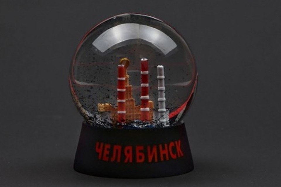 Черный от выбросов челябинский снег есть в новогоднем шарике. Фото: архив героя публикации.